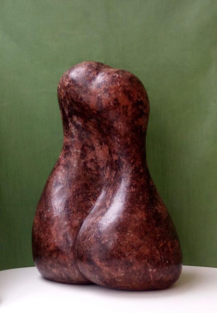 PERO LOPE. ALORE EUFROSINE, 2018. Barro rojo bruñido con engobes, patina de cera, 40x26x21 cm