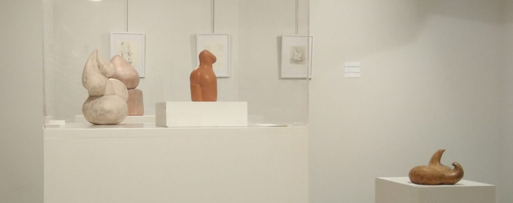 Proyecto AZALPANA, Navarrete. Obra creativa de Pero Lope con esculturas en primer término y dibujos al fondo.